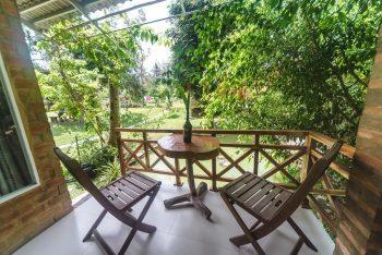 Ban công hướng vườn đẹp mắt. Không gian hài hòa, yên bình và thanh tĩnh